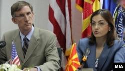Архивска фотографија: Американскиот амбасадор Пол Волерс и министерката за внатрешни работи Гордана Јанкулоска. Примопредавање на донација за Граничната полиција на МВР од американската амбасада во вредност од 68 илјади долари на 10 јули 2012 година.