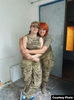 Олена ліворуч, Вікторія праворуч