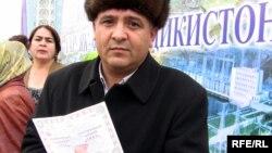 Марде дар маъракаи фурӯши саҳмияҳои Роғун, 6-умиянвари соли 2010.