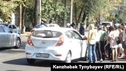 Люди собрались на месте ДТП. Алматы, 26 сентября 2013 года.