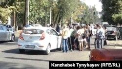 Люди на месте ДТП, в котором был сбит пешеход. Алматы, 26 сентября 2013 года.