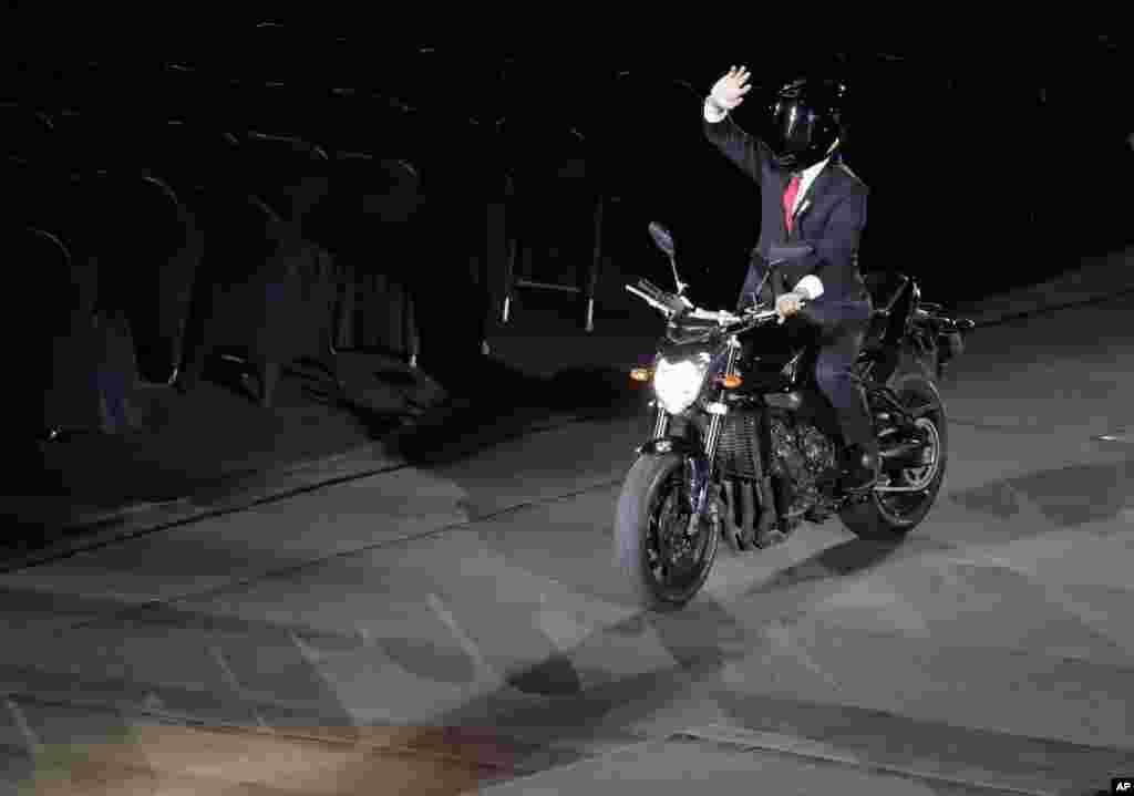 Индонезия президенті Джоко Видодо стадионға мотоциклмен кірді.