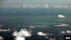 Вид на искусственные острова, намываемые Китаем в Южно-Китайском море