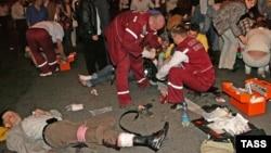 Мэдыкі на месцы выбуху 4 ліпеня 2008 году ў Менску