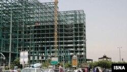 پروژه سپاه پاسداران در میدان عشرت آباد تهران؛ در انتهای تصویر عمارت تاریخی کلاه فرنگی مشاهده میشود.