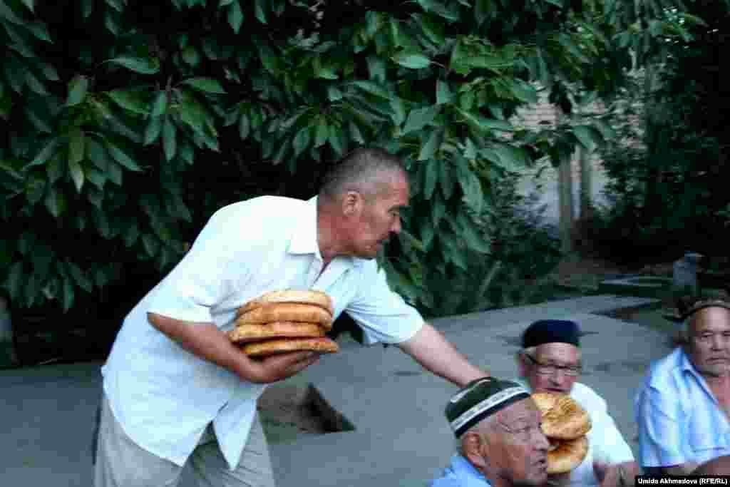 Ауызашар, вечерний прием пищи, который называют еще ифтаром, проводится после заката солнца. Трехдневный праздник Ораза-айт, наступающий после окончания Рамадана, в Узбекистане в этом году отмечается с 6 июля.