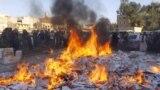 مقاتلو داعش يحرقون كميات من السجائر المصادرة في مدينة الرقة السورية - 2 نيسان 2014