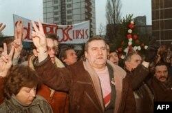 Lech Walesa gəmiqayırma zavodunun işçilərinin nümayişində. 1988