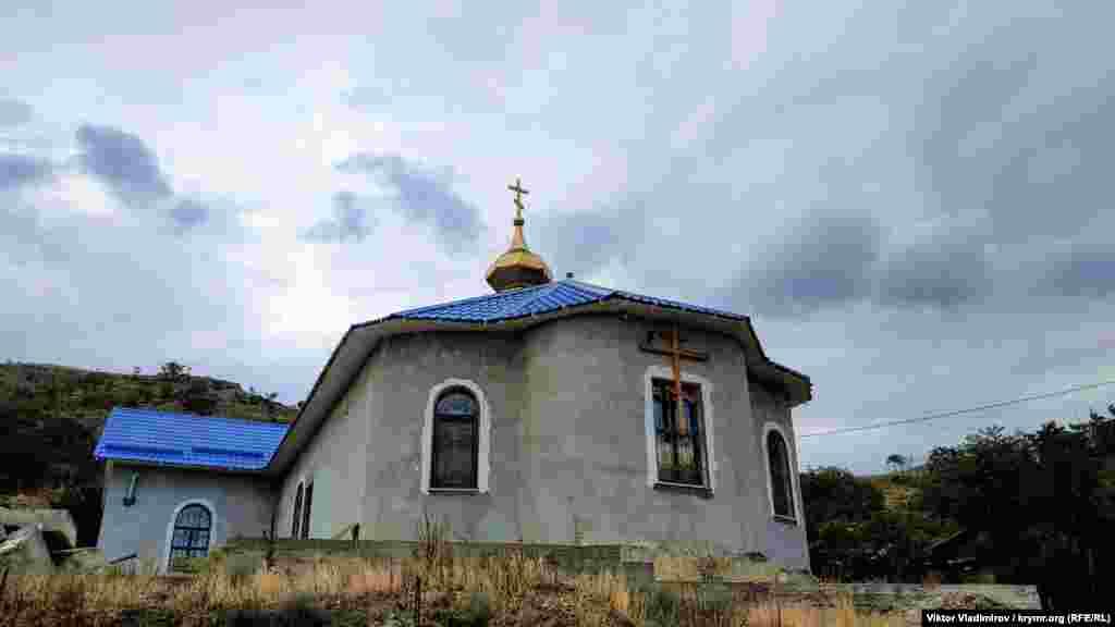По соседству – православный собор. Здесь ведутся ремонтные работы