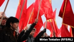 Мамлекеттик туу күнүндө туу көтөргөн жаштар. Бишкек, 2012-жылдын марты.