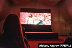 Во время просмотра комедии «Стучите громче!» на кинофестивале «Байконур». Алматы, 17 сентября 2016 года.