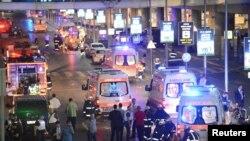 Стамбулдың Ататүрік әуежайында болған жарылыс орнында жүрген құтқарушылар мен жедел жәрдем қызметкерлері. Түркия, 28 маусым 2016 жыл.