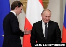 Себастиан Курц и Владимир Путин общаются в Петербурге, октябрь 2018 года