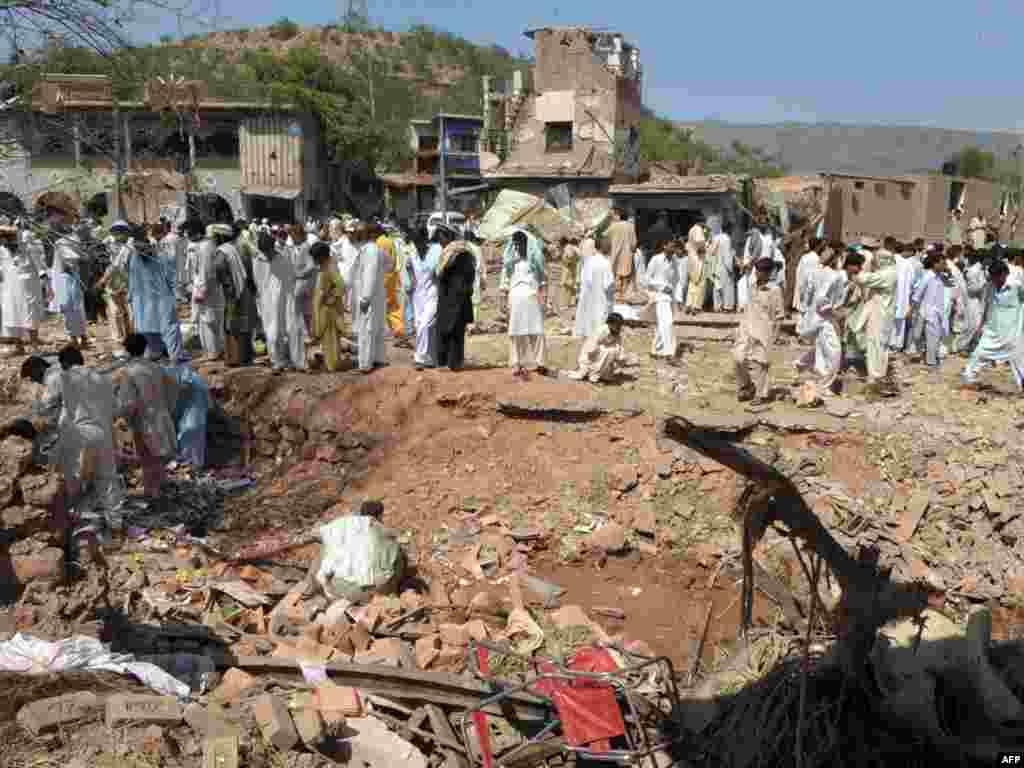 В пакистанском городе Кохат смертник направил грузовик со взрывчаткой в здание отеля. 25 человек погибли