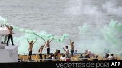 Акция Femen на прогулочном катере в Париже (27 сентября 2013 года)