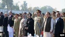 Zyrtarët më të lartë të Pakistanit në Peshavar në ceremoninë e shënimit të njëvjetorit të masakrës në një shkollë
