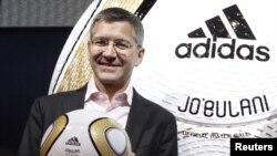 """Adidas rahbari Gerbert Xayner 2012 yilda JAR da o'tgan Jahon chempionatining """"Jabularni"""" deb nomlangan rasmiy to'pini taqdim etmoqda."""