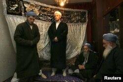 Жених (в центре) и аксакалы ожидают прибытия невесты на свадебной церемонии. Иллюстративное фото. Душанбе, 4 марта 2011 года.