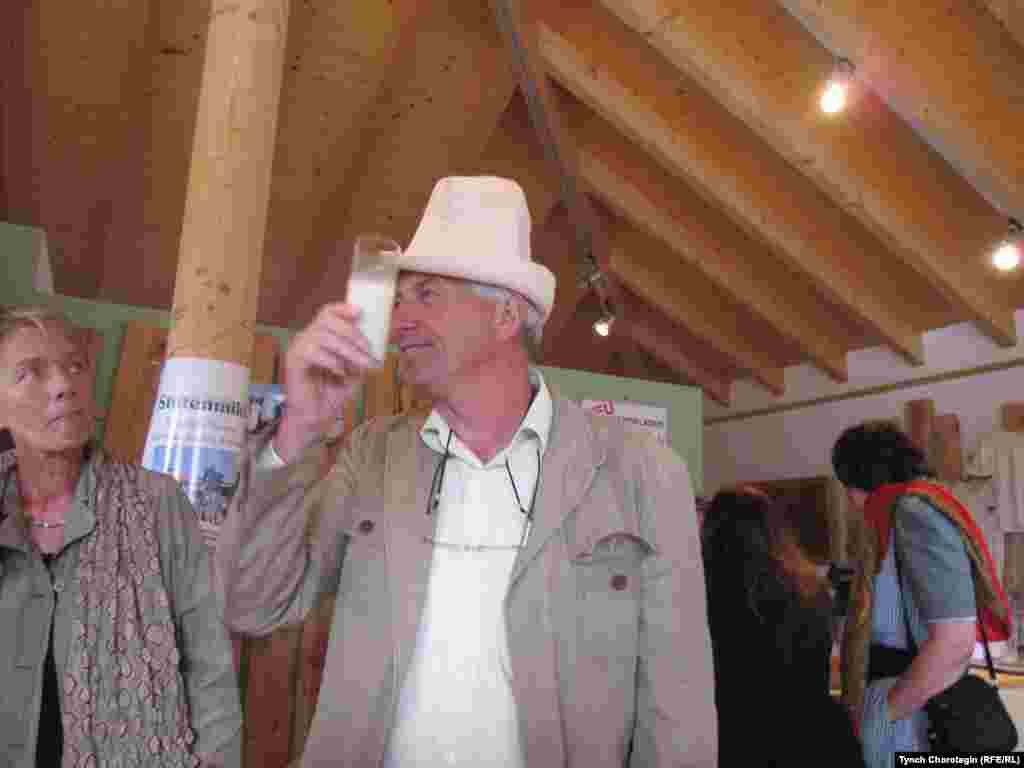 Ганс Цоллманн (Hans Zollmann), фермер и бизнесмен городка Мюлбен (Mülben), с кыргызским колпаком.