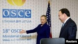 АҚШ-тың мемлекеттік хатшысы Хиллари Клинтон мен Қазақстан сыртқы істер министрі Ержан Қазыханов ЕҚЫҰ-ның Вильнюстегі конференциясында. Литва, 6 желтоқсан 2011 жыл.