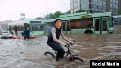 Алматы әкімі Бауыржан Байбекті мысқылдаған әлеуметтік желідегі фотоколлаж.