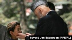 Карзаи разговара со 7 годишно момче приведено поради бомбашки напади
