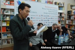 Казахский поэт Ардак Нургазыулы, переселившийся из Китая, читает свой перевод стихотворения русского поэта Бахыта Кенжеева на казахский язык.