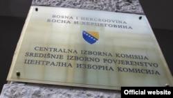 Tabla ispred ulaza u sjedište Centralne izborne komisije Bosne i Hercegovine, Sarajevo