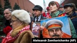 У могилы Сталина возле Кремлевской стены. 21 декабря 2017 года
