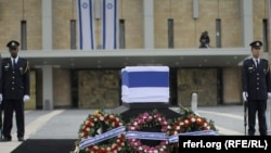 Гроб с телом экс-премьер-министра Израиля Ариэля Шарона в кнессете.