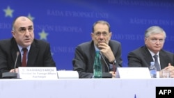 Azerbaijani Foreign Minister Elmar Mammadyarov, EU foreign-policy chief Javier Solana, and Armenian Foreign Minister Eduard Nalbandian (left to right) at EU headquarters on December 9