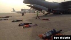Українці, яких евакуюють з Катманду, сплять на злітній смузі в аеропорту Делі (Фото Євгена Жданова з Facebook), 6 травня 2015 року