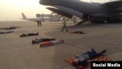 Українці сплять на злітній смузі в аеропорту Делі, поки екіпаж ремонтує літак (Фото зі сторінки Facebook Євгена Жданова)