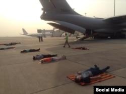 Українці сплять на аеродромі під час ремонту літака в Делі. Для них евакуація триває вже сьомий день (фото зі сторінки Євгена Жданова у Facebook)