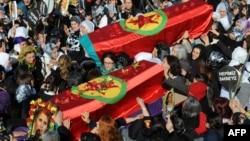 Учасники похорону несуть труни з тілами вбитих, Діярбакир, 17 січня 2013 року