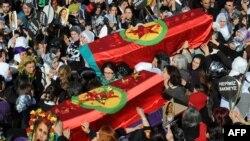 Миңдеген эл үч күрд аялынын - Сакине Жансыз, Фидан Доган жана Лейла Сөйлемездин - табытын көтөрүп баратышат, Түркия, 17-январь, 2013