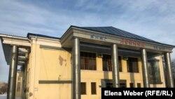 Лениннің үлкен ескерткішін қазір жабық тұрған Ленин атындағы кинотеатрдың артына апарып қойған.