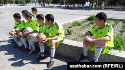 Türkmenabatly ýaş futbolçylar