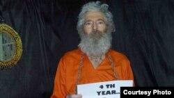 یکی از معدود تصاویری که از رابرت لوینسون در سالهای اخیر منتشر شده است. عکس نشان میدهد که چهار سال از مفقود شدن او گذشته است.