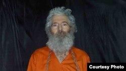 تصویری از لوینسون که در سال ۲۰۱۱ برای خانوادهاش فرستاده شده بود