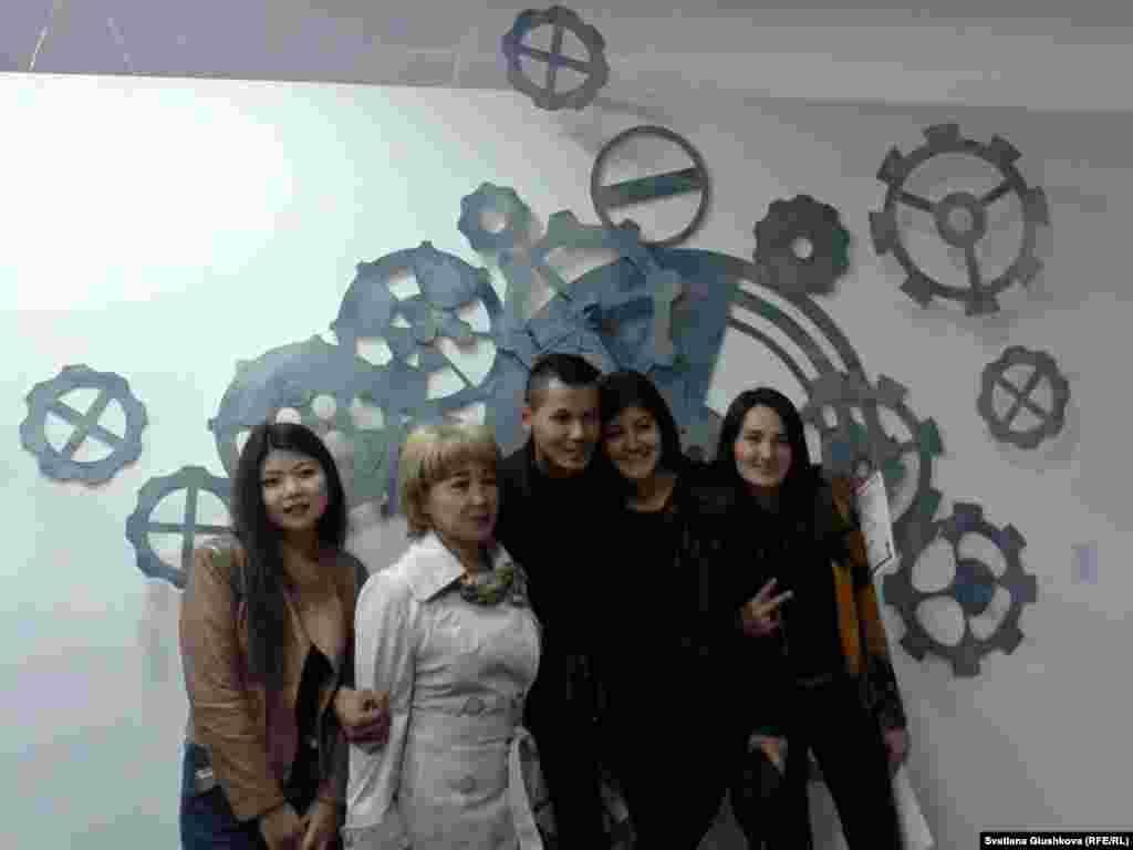 Отдельный проект «Здесь и сейчас» на выставке представили художники Саулет Жанибек и Жанар Умбет (крайняя справа) с инсталляцией «Часы». Авторы говорят: «Если появилась идея, то ее надо поймать за хвост именно здесь и сейчас».