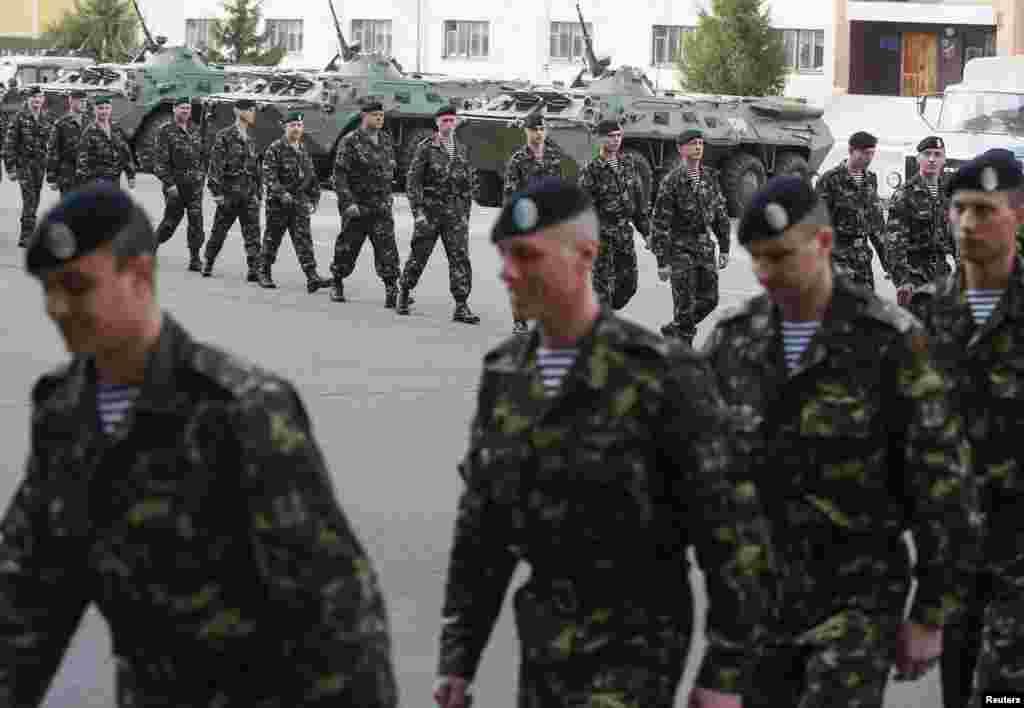 Krımdakı Feodosiya hərbi bazasından geri qayıdan əsgərlər Kiyevdə təntənəli şəkildə qarşılanır. 27 mart 2014