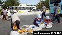 Aşgabat. Köçedäki çörek bazary