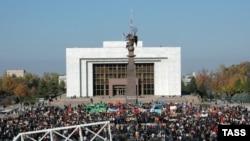 """20 жыл мурдагы иш-чара Кыргызстандын андан кийинки саясий багытын тандоосунда чоң салымын кошкону айтылып келет.(Сүрөттө: 2006-жылдын ноябрь айындагы """"Ала-Тоо"""" аянтындагы оппозиция митиги.)"""