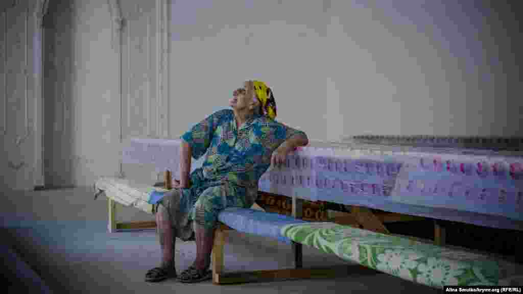 Бабуся спостерігає за приготуваннями в мечеті