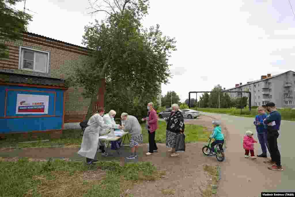 Так голосуют в селе Луговое.