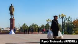Памятник Исламу Каримову в Самарканде. Узбекистан, 29 ноября 2019 года.
