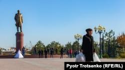 Өзбекстанның бұрынғы президенті Ислам Каримовтың ескерткіші тұрған алаңнан өтіп бара жатқан әйел. Самарқан, Өзбекстан, 29 қараша 2019 жыл.