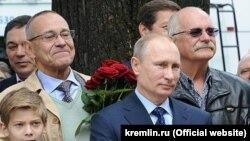 Путин и братья Михалковы на открытии памятника Сергею Михалкову в Москве