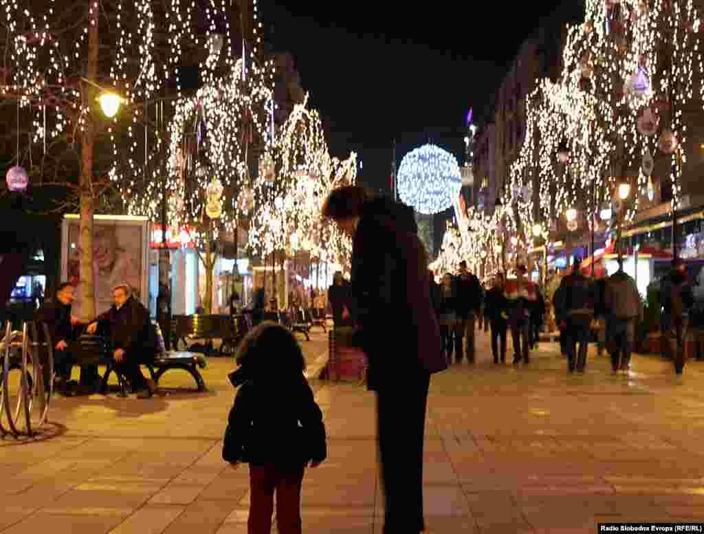 Скопје - улица Македонија осветлена како во Париз